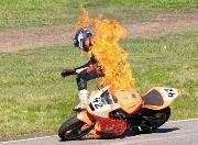 Envuelto en llamas en plena pista