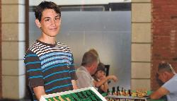 El novel profesor que enseña ajedrez a grandes y chicos