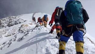 Drama en el Everest: ya son diez los muertos y un argentino debió ser rescatado