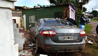 Cruzó en rojo, chocó a un motociclista, a otro coche y se incrustó en una casa